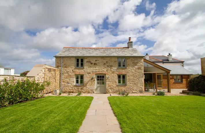 unique airbnb stays uk cotswolds