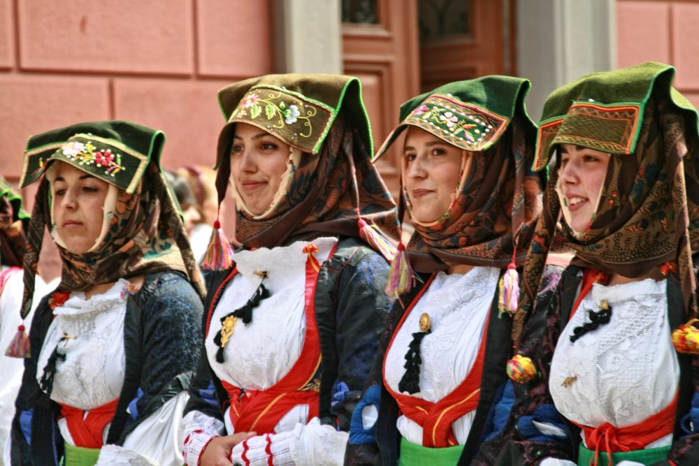 traditional outfits Cagliari girls